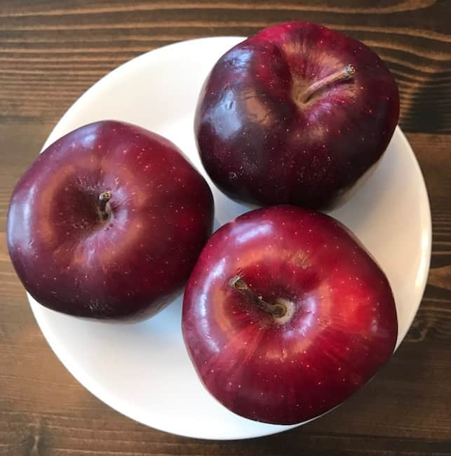 3 red apples on a plate