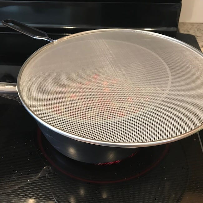 Saucepan covered with a splatter guard