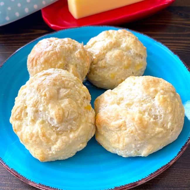 plate of dinner rolls
